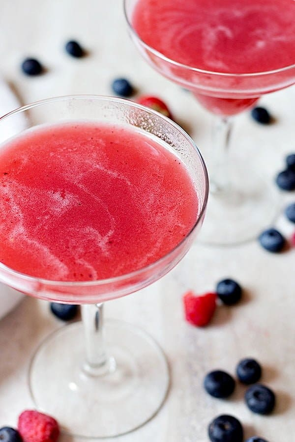 Cool down in summer days with this delicious and easy triple berry limeade. It's perfect for parties, barbecues or just a warm evening!