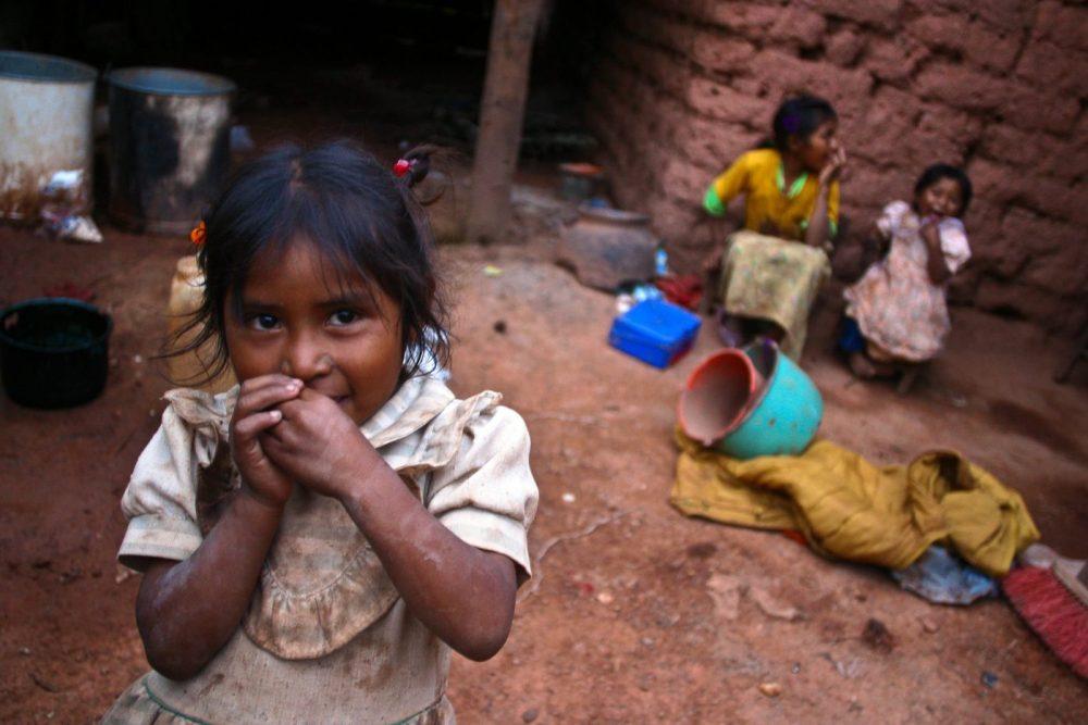 Tres niñas indígenas nahuas en el interior de su casa, según informe para el desarrollo 2004 de la ONU.