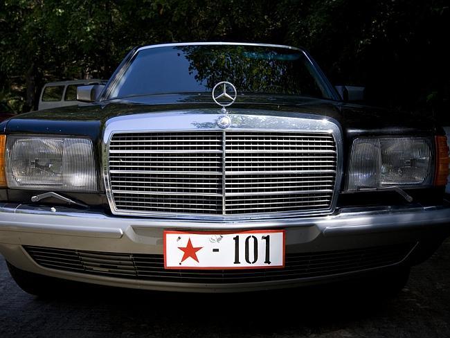 """""""No está permitido mostrar la pobreza, pero mostrar la riqueza también es un gran tabú en Corea del Norte. Un domingo en un parque, encontré este coche que pertenece a alguien de la élite de Pyongyang. Los propietarios estaban celebrando una barbacoa"""" Eric Lafforgue."""