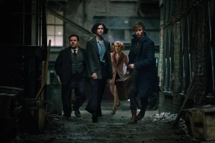 Eddie Redmayne ed il resto del cast di Animali Fantastici e Dove Trovarli nel nuovo poster italiano