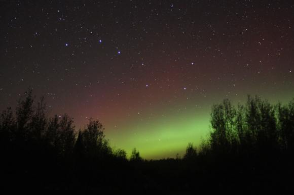 A classic quiet start to Tuesday night's northern lights - a low green arc below the Big Dipper topped by a very faint red border. Credit: Bob King