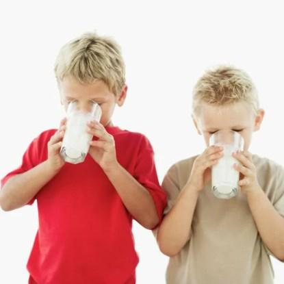 Bambini che bevono latte