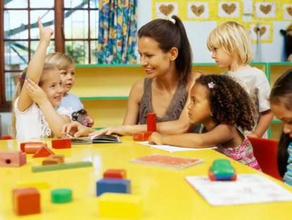 Insegnante e bimbi in classe