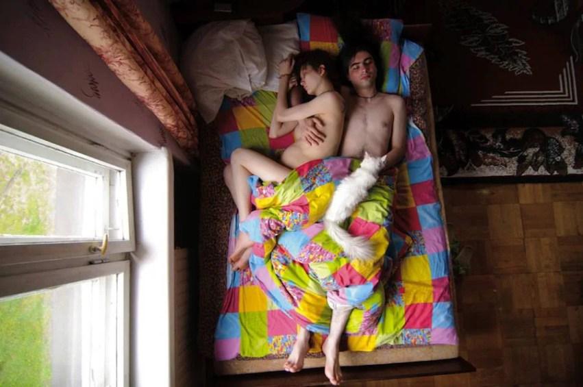 coppia con coperta multicolore