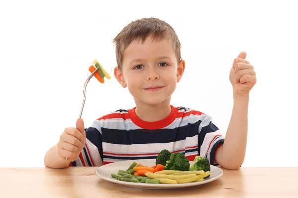bambino mangia verdure