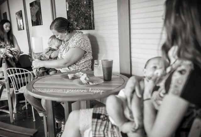 madre allatta figlio