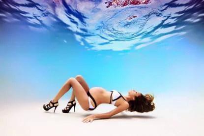 donna incinta fondo piscina