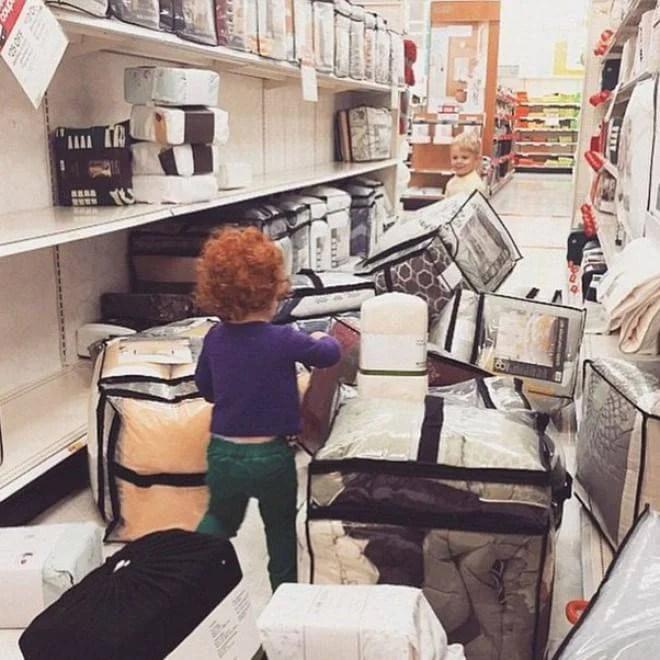 bimba nel negozio