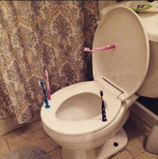 spazzolini su wc