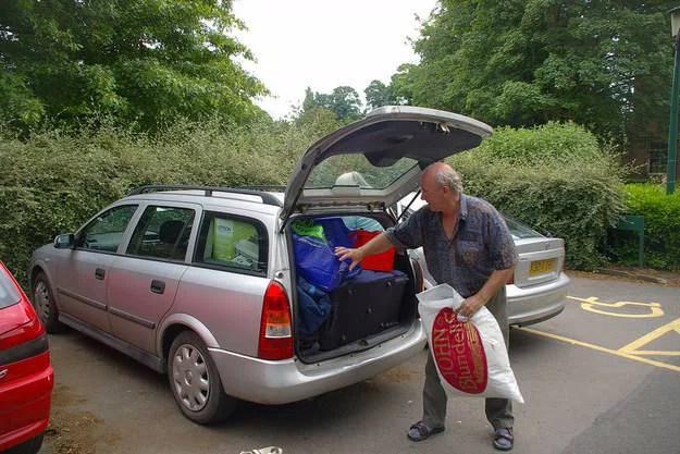 uomo prepara portapacch