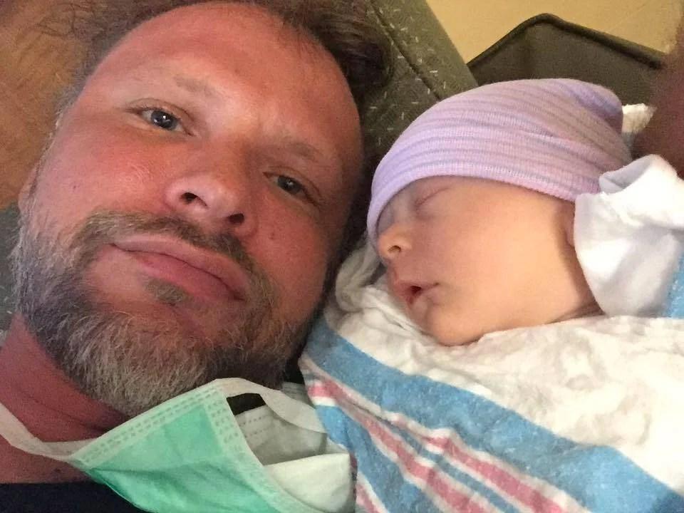 La moglie va in ospedale per una colica renale e partorisce un bambino (FOTO)