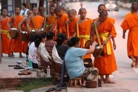 Entrega de limosna a los monjes en Luang Prabang