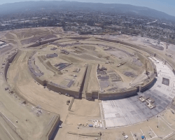 Vista aérea con un drone del sitio de construcción del nuevo campus de Apple