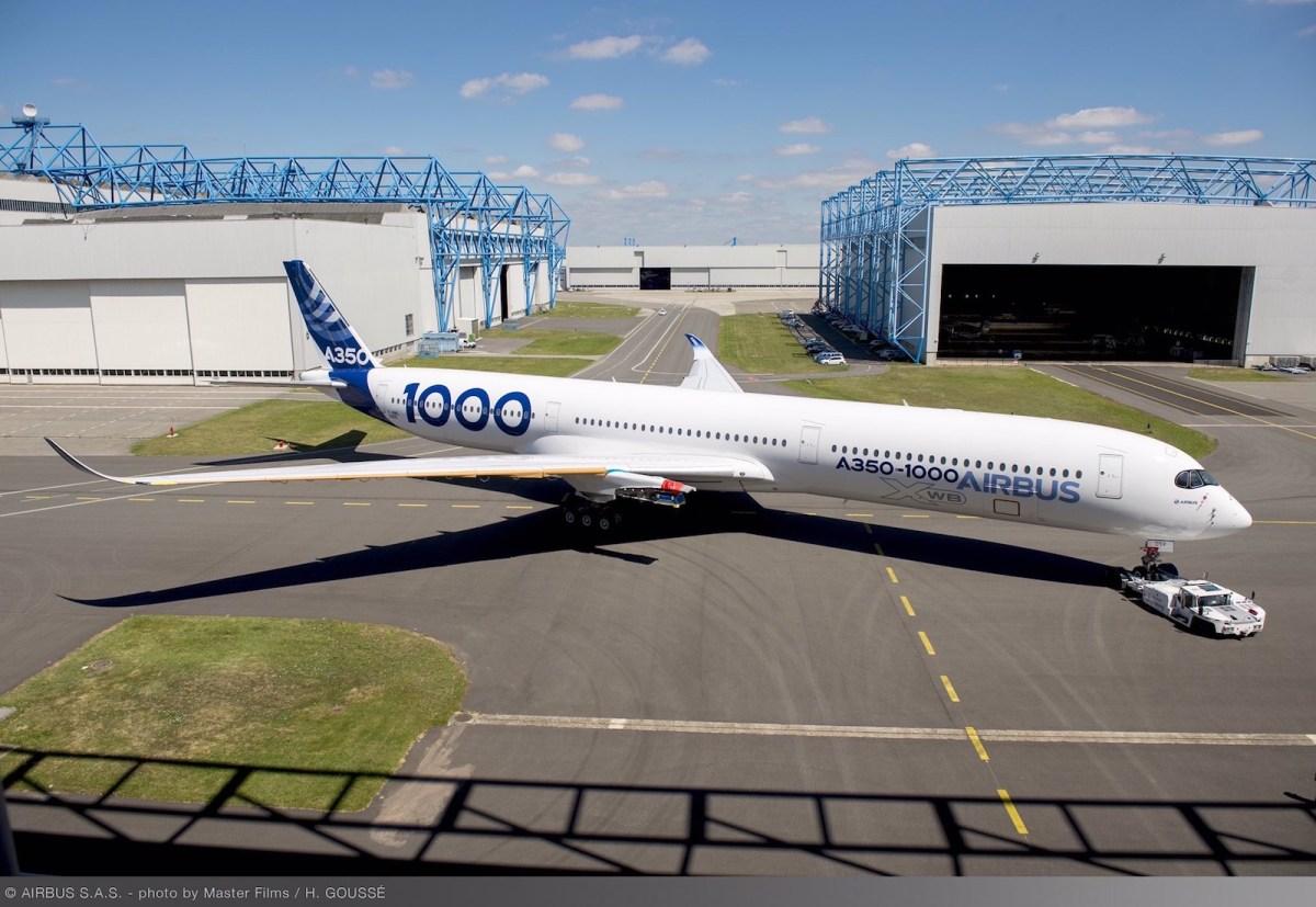 Eerste A350-1000 rolt uit fabriek - Foto's