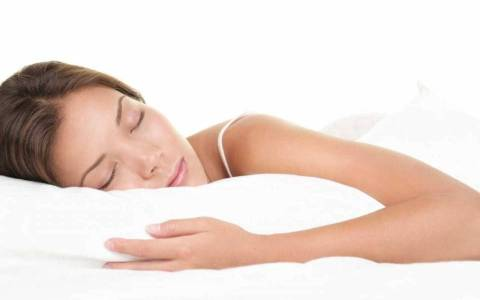 Dormir más los fines de semana puede hacerle más daño que trasnochar