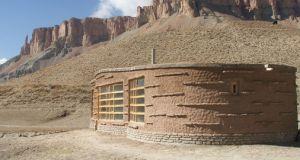 En Afghanistan, un architecte néerlandais a conçu un centre d'accueil en terre et briques pour les visiteurs du parc Band-e-Amir.