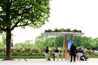 L'internet sur l'espace publique, un nouveau lieu connecté pour échanger, travailler, recharger son portable ou s'informer sur la ville. C'est une émergence des réseaux numériques sur l'espace public qui permet à chacun de venir s'y installer.