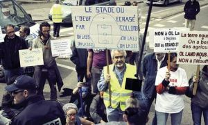 Le 2 mai 2012, des opposants  la construction du Grand Stade cens accueillir l&#039;OL  Dcines-Charpieu, dans la banlieue de Lyon.