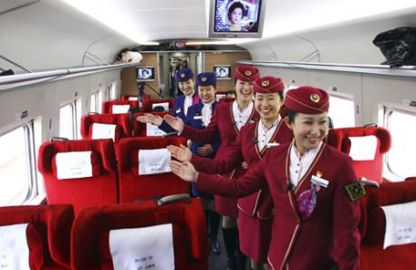 Les hôtesses de la future ligne Pékin-Canton sont prêtes à accueillir les passagers de la nouvelle ligne de TGV chinoise, la plus longue au monde.