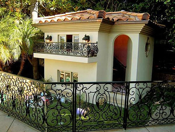 Paris-Hilton-Dog-House-1-1