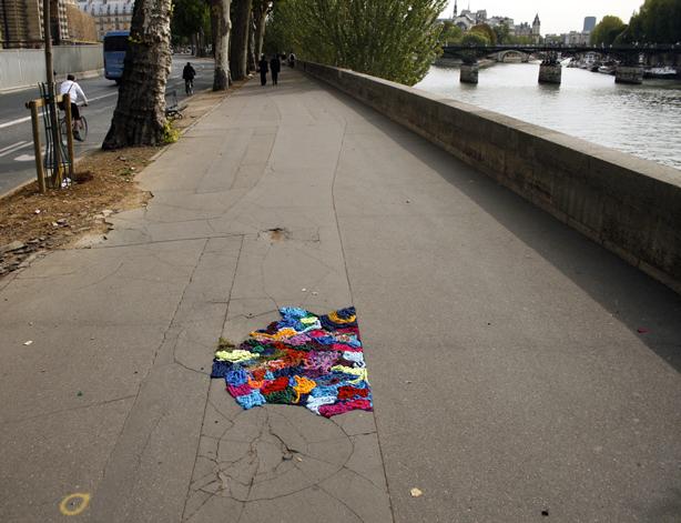 juliana-santacruz-herrera-knitted-potholes-seine-urbangardensweb