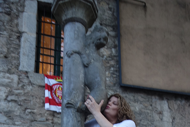 robin-kissing-statue0in-girona