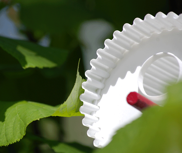 hüs-3d-printed-birdhouse-in-tree
