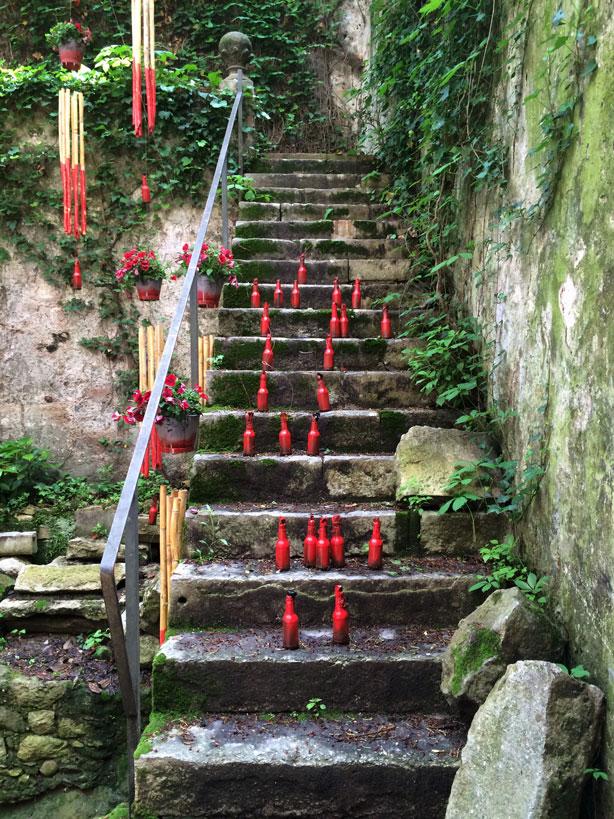 temps-de-flors-jewish-museum-garden-red-bottles-urbangardensweb