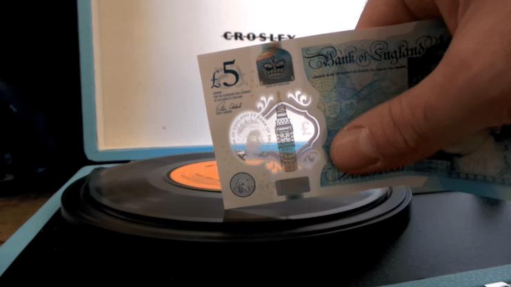 Nova cédula de 5 libras toca discos de vinil URBe