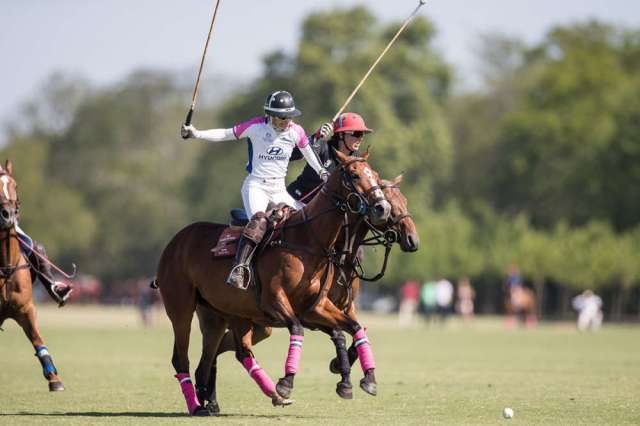 Dawn Jones of Santa Maria del Lobos and Ellerstina's Sarah Wiseman battle for possession. ©Matias Callejo