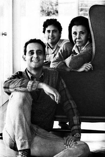 Blanca con sus hijos Vicente y Lorenzo de Szyszlo Varela en Barranco. Crédito Herman Schwarz