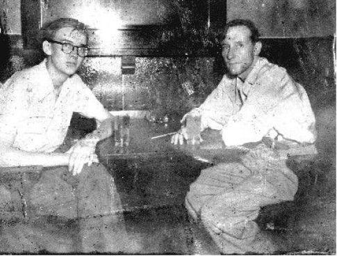 """Lewis Marker y William Burroughs en un bar en Ciudad de México, en 1951, antes de su viaje a Sudamérica. La historia en clave ficción de esta travesía la podemos encontrar en la novela """"Queer"""", publicada tardíamente en 1985."""