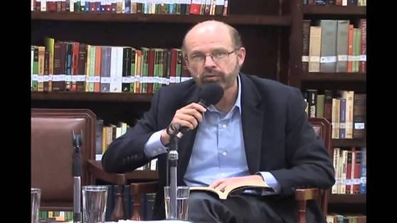El poeta Chirinos en conferencia