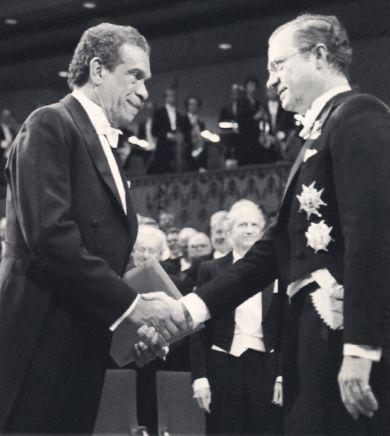 Walcott recibiendo el Premio Nobel de Literatura 1992