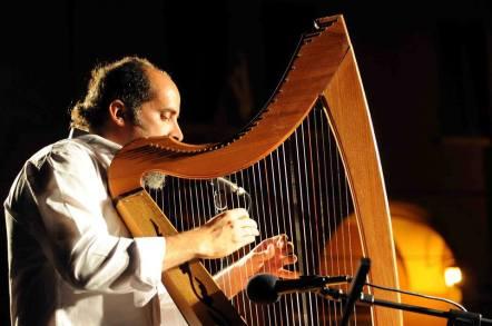 El poeta Francesco Benozzo en su faceta de músico. Crédito de la foto Darío Francesco Pericolosi