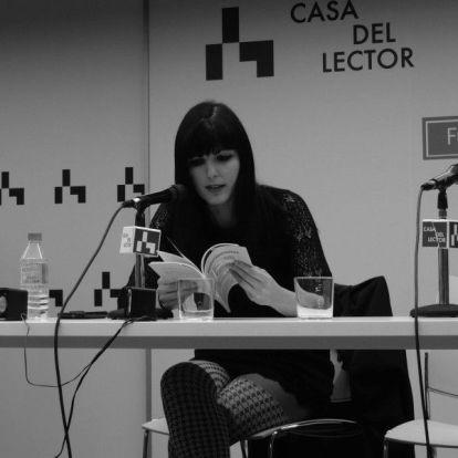 La poeta Laia López en lectura.