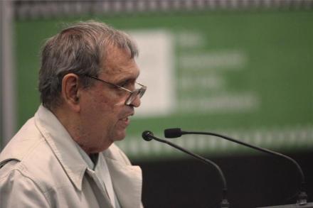 El poeta Rafael Cadenas leyendo