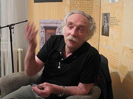 El poeta Alberto Szpunberg en la Casa de la Literatura en Praga