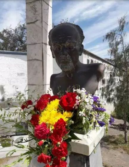 Busto del poeta Alberto Hidalgo Lobato en el cementerio La Apacheta. Arequipa, 2018 Crédito de la foto Mario Pera