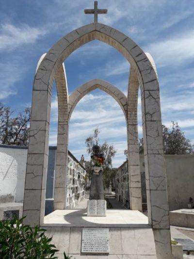 Mausoleo de la familia Hidalgo Lobato en el cementerio La Apacheta, donde yace el poeta Alberto Hidalgo. 101 años de la vanguardia poética peruana. Arequipa, 2018 Crédito de la foto Mario Pera.