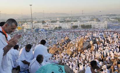 档案照片:在一年一度的朝圣期间,穆斯林朝圣者聚集在圣城麦加附近的阿拉法特山祈祷。法新社PHOTO / FAYEZ