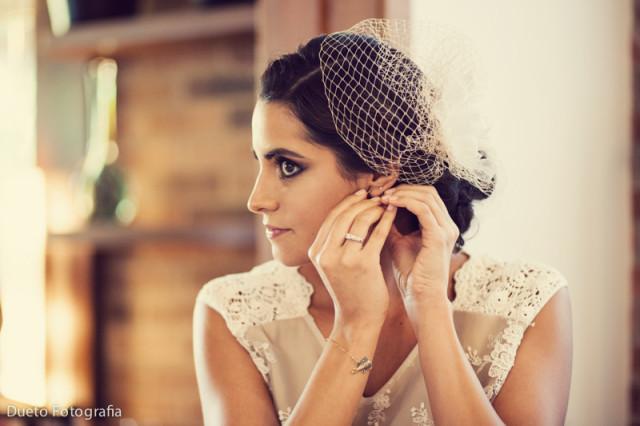 tocado y tiara para complementar el look de la novia
