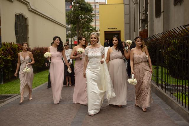 Novia y madrinas saliendo de la misa de Matrimonio en Lima