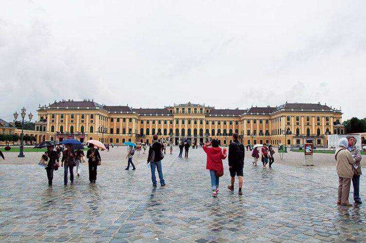 Schloss Schonbrunn: grandeur in the mist
