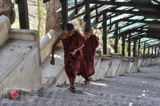 Escaleras infinitas para subir a un templo en Myanmar