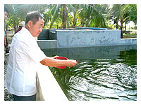 de Venecia feeding his fishes