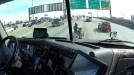 Οδηγός φορτηγού βοηθά μια μοτοσικλετίστρια σε αυτοκινητόδρομο
