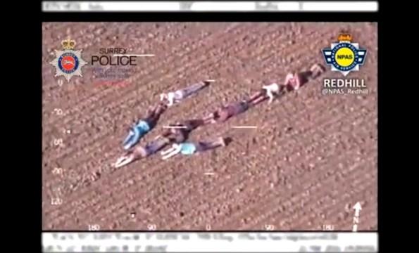 ET-des-enfants-aident-un-helicoptere-de-la-police-d-une-maniere-originale