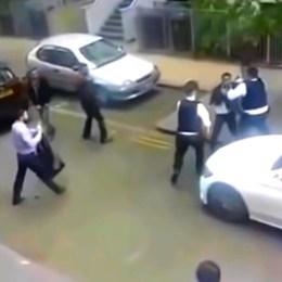 ET-des-jeunes-tentent-d-empecher-une-interpellation-par-la-police-anglaise
