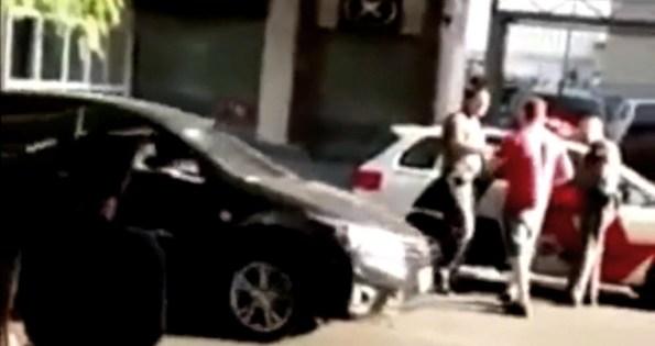 ET-la-foule-vient-en-aide-a-deux-policiers-qui-se-font-agresser